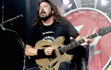 PIC: Dave Grohl pens a letter to Paris victims and releases new Foo Fighters music