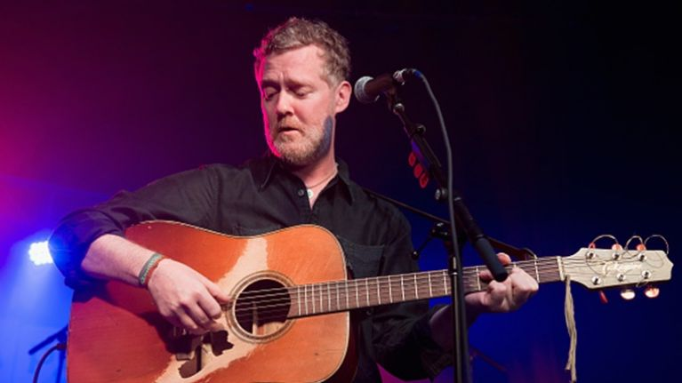 WATCH: Busker singing 'Falling Slowly' by Glen Hansard in Dublin city gets tipped by Glen Hansard