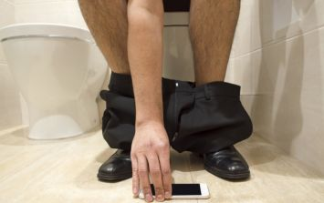 Proof that you should never use your phone while sitting on the toilet