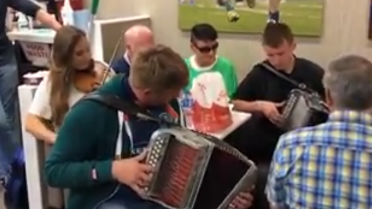 WATCH: An impromptu trad session broke out in Supermac's Ennis and it looked like great craic altogether