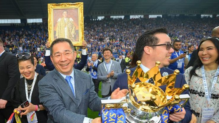 WATCH: Leicester City pay moving tribute to Vichai Srivaddhanaprabha as they return home