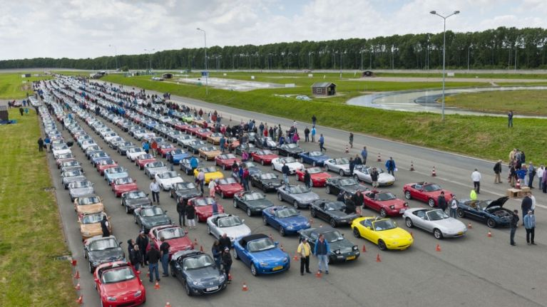 Pics: 683 Mazda MX-5's set new world record