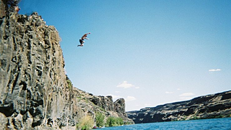 Video: Thrill seeker in the US goes for a 120 foot dive into Lake Mead