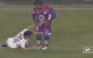 Video: The Peruvian version of Vinnie Jones grabs his opponent's junk