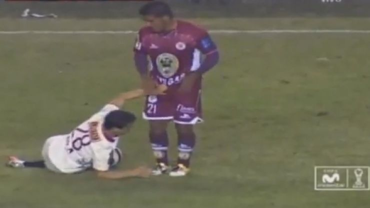 Video: The Peruvian version of Vinnie Jones grabs his opponent's junk