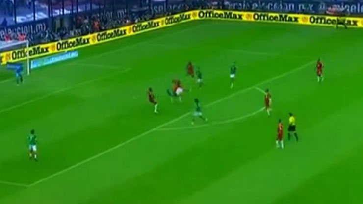 Video: Mexico's Raul Jimenez sets himself up for a fantastic bicycle kick