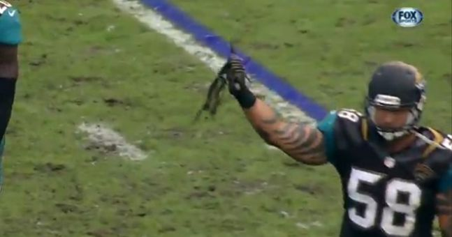 GIF: An NFL player pulls opponent's dreadlocks off during a tackle