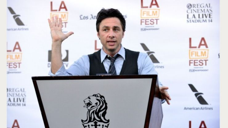 Zach Braff pulls off one of the best photobombs you'll ever see in Times Square