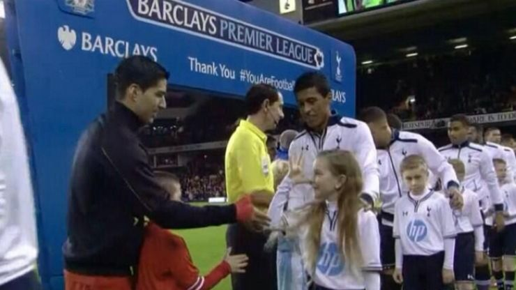 Vine: Spurs mascot embarrasses Luis Suarez with the classic fake handshake trick