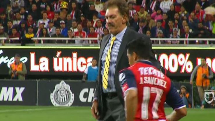 WATCH: Argentine manager receives red card for incredibly idiotic act