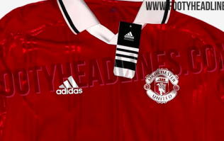 A Manchester United retro jersey has been leaked and it's an absolute beauty